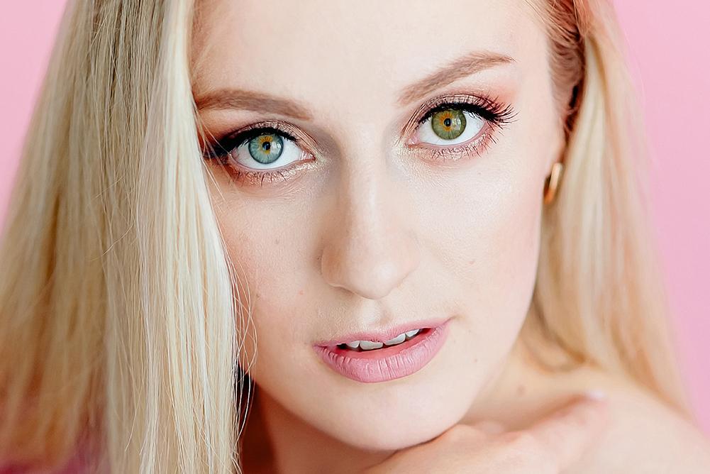 Using Heterochromia Contacts To Dazzle